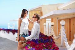 Φίλος και φίλη κατά μια ημερομηνία Βολικοί και όμορφοι νέοι εραστές Ένα ρομαντικό ζεύγος σε ένα ζωηρόχρωμο θέρετρο Στοκ φωτογραφίες με δικαίωμα ελεύθερης χρήσης