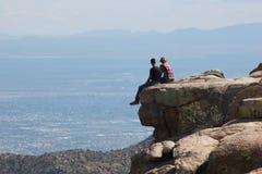Φίλος και φίλη σε έναν απότομο βράχο Στοκ Φωτογραφία