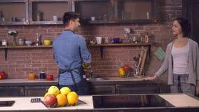 Φίλος που κρατά την καθαρή φίλη πιάτων ερχόμενη στο δωμάτιο απόθεμα βίντεο