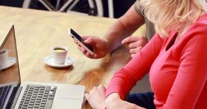 Φίλος που παρουσιάζει smartphone στη φίλη φιλμ μικρού μήκους