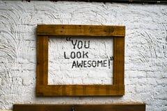 Φαίνεστε πάντα τρομεροί με πάντα ένα μεγάλο χαμόγελο στοκ εικόνες
