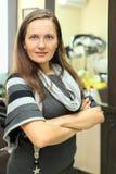 φαίνεται καθρέφτης χαμογελώντας πλησίον τη γυναίκα στάσεων Στοκ φωτογραφία με δικαίωμα ελεύθερης χρήσης