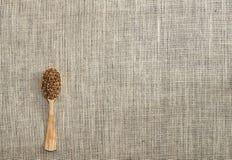 Φαγόπυρο με ένα ξύλινο κουτάλι στο υπόβαθρο/τη σύσταση στοκ φωτογραφία