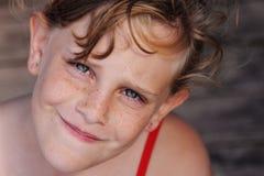 Φακιδοπρόσωπο χαριτωμένο κορίτσι Στοκ εικόνα με δικαίωμα ελεύθερης χρήσης