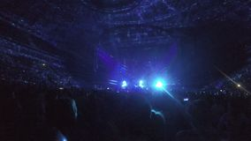 Φακοί που, σημεία φωτισμού που κινούνται στο ανώτατο όριο χώρων συναυλίας Δροσίστε παρουσιάζει απόθεμα βίντεο