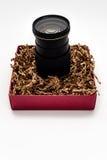 Φακός ζουμ καμερών κατακόρυφα στο κιβώτιο δώρων Στοκ εικόνα με δικαίωμα ελεύθερης χρήσης