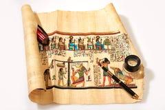 Φακός και αιγυπτιακός πάπυρος Στοκ εικόνα με δικαίωμα ελεύθερης χρήσης
