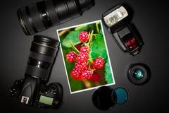 Φακός και εικόνα καμερών στο μαύρο υπόβαθρο στοκ εικόνα με δικαίωμα ελεύθερης χρήσης