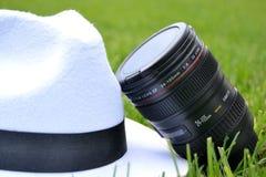 Φακός καμερών και άσπρο καπέλο Στοκ Φωτογραφία