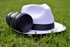 Φακός καμερών και άσπρο καπέλο Στοκ εικόνες με δικαίωμα ελεύθερης χρήσης