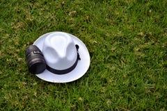 Φακός καμερών και άσπρο καπέλο Στοκ Εικόνες