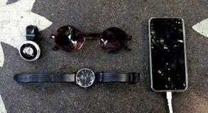 Φακός ματιών ψαριών, ρολόι, Sunglass, τηλέφωνο στον πίνακα πετρών στοκ φωτογραφίες