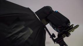 Φακός με το softbox Επαγγελματικός πυροβολισμός φωτογραφιών στο εσωτερικό Ο φωτογράφος παίρνει τις εικόνες με μια ψηφιακή κάμερα  απόθεμα βίντεο