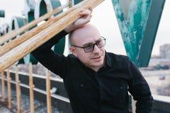Φαλακρός τύπος με τα γυαλιά Στοκ Φωτογραφίες