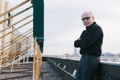 Φαλακρός τύπος με τα γυαλιά Στοκ Εικόνα