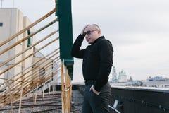 Φαλακρός τύπος με τα γυαλιά Στοκ Φωτογραφία