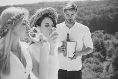 Φαλλοκράτης ή άτομο με τον κάδο σαμπάνιας Στοκ φωτογραφία με δικαίωμα ελεύθερης χρήσης