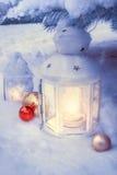 Φανάρια λίγου χειμώνα υπαίθρια σε ένα χριστουγεννιάτικο δέντρο κάτω από το χιόνι Στοκ Φωτογραφία