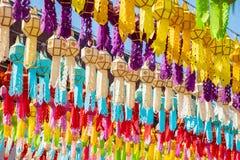 Φανάρια εγγράφου στον ταϊλανδικό ναό στοκ εικόνα