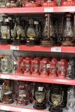 Φανάρια κηροζίνης στο ράφι στην υπεραγορά Στοκ φωτογραφία με δικαίωμα ελεύθερης χρήσης