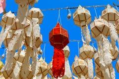 Φανάρι εγγράφου: Το φεστιβάλ ποταμών στο βόρειο τμήμα της Ταϊλάνδης που για να υποβάλει την προσφορά στο Βούδα στοκ εικόνα με δικαίωμα ελεύθερης χρήσης