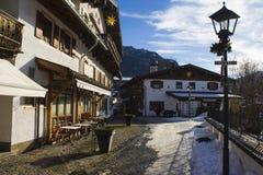 Φανάρι και παραδοσιακά γερμανικά σπίτια στα alpines το χειμώνα Στοκ Εικόνες