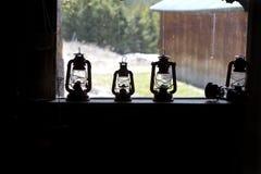 Φανάρι κηροζίνης στη στρωματοειδή φλέβα παραθύρων στοκ φωτογραφίες με δικαίωμα ελεύθερης χρήσης
