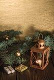 Φανάρι με έναν κλάδο κεριών και χριστουγεννιάτικων δέντρων σε έναν ξύλινο πίνακα Στοκ φωτογραφία με δικαίωμα ελεύθερης χρήσης