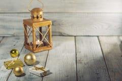 Φανάρι με τις διακοσμήσεις κεριών και Χριστουγέννων σε μια άσπρη ξύλινη επιφάνεια Στοκ φωτογραφία με δικαίωμα ελεύθερης χρήσης