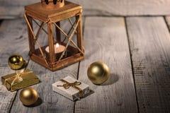 Φανάρι με τις διακοσμήσεις κεριών και Χριστουγέννων σε μια άσπρη ξύλινη επιφάνεια Στοκ φωτογραφίες με δικαίωμα ελεύθερης χρήσης