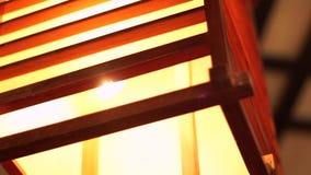 Φανάρι φωτισμού άνετο εσωτερικό σύγχρονο στενό σε επάνω desigh Ξύλινος και τετραγωνικός πολυέλαιος για το μαλακό και άνετο ντεκόρ απόθεμα βίντεο