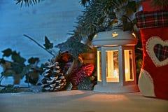 Φανάρι Χριστουγέννων στη νύχτα στο χιόνι στοκ φωτογραφία με δικαίωμα ελεύθερης χρήσης