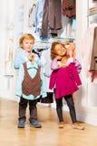 Φανέλλα και κορίτσι τακτοποιήσεων αγοριών με το πουλόβερ στο κατάστημα Στοκ Εικόνες