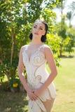 Φανείτε έννοια Η γυναίκα με τη γοητεία κοιτάζει στο γαμήλιο φόρεμα Φανείτε το καλύτερό σας για εκείνο το θηλυκό βλέμμα που θελήσα στοκ εικόνα