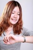 φανείτε γυναίκα ρολογιώ& Στοκ φωτογραφία με δικαίωμα ελεύθερης χρήσης