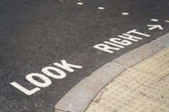 Φανείτε δεξιά γραπτός στο πεζοδρόμιο στο Λονδίνο Στοκ εικόνες με δικαίωμα ελεύθερης χρήσης