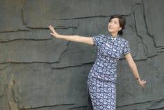 Φανείτε και φανείτε προς τα εμπρός -ασιατικές γυναίκες που φορούν cheongsam Στοκ Εικόνες