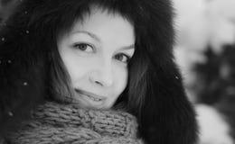 φανείτε όμορφη χειμερινή γυναίκα χιονιού Στοκ Φωτογραφία