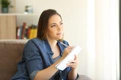 Φαντασία γυναικών έτοιμη να γράψει σε ένα σημειωματάριο Στοκ Φωτογραφία