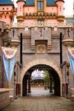 Φαντασία Castle με τις σημαίες και την πύλη σιδήρου Στοκ φωτογραφία με δικαίωμα ελεύθερης χρήσης