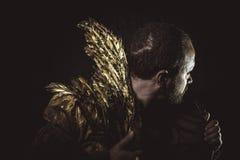 Φαντασία Steampunk, γενειάδα ατόμων και κοστούμι που γίνονται με τα χρυσά φτερά Στοκ εικόνα με δικαίωμα ελεύθερης χρήσης