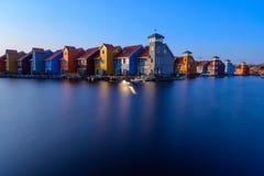 Φανταστικά ζωηρόχρωμα κτήρια στο νερό στην μπλε ώρα, Γκρόνινγκεν, Κάτω Χώρες στοκ φωτογραφία με δικαίωμα ελεύθερης χρήσης