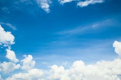 Φανταστικά μαλακά άσπρα σύννεφα ενάντια στο μπλε ουρανό στοκ εικόνες