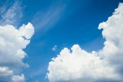 Φανταστικά μαλακά άσπρα σύννεφα ενάντια στο μπλε ουρανό στοκ φωτογραφία με δικαίωμα ελεύθερης χρήσης