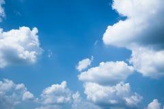 Φανταστικά μαλακά άσπρα σύννεφα ενάντια στο μπλε ουρανό στοκ φωτογραφία
