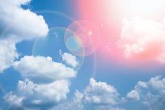 Φανταστικά μαλακά άσπρα σύννεφα ενάντια στο μπλε ουρανό στοκ φωτογραφίες