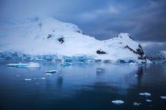 Φανταστικά τοπία των όμορφων χιονοσκεπών βουνών, Ανταρκτική Στοκ Φωτογραφία