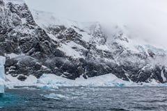 Φανταστικά τοπία των όμορφων χιονοσκεπών βουνών, ωκεανός, Ανταρκτική Στοκ Εικόνες