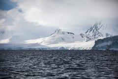 Φανταστικά τοπία των όμορφων χιονοσκεπών βουνών, ωκεανός, Ανταρκτική Στοκ φωτογραφία με δικαίωμα ελεύθερης χρήσης
