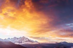 Φανταστικά χιονοσκεπή βουνά στα όμορφα σύννεφα σωρειτών Κύρια καυκάσια κορυφογραμμή Ο τύπος τοποθετεί Ushba Meyer, Γεωργία στοκ εικόνα με δικαίωμα ελεύθερης χρήσης